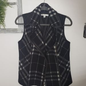 Vest with leather on shoulders